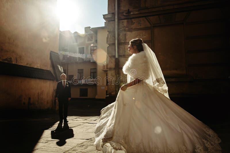 Ευτυχής πανέμορφη νύφη και μοντέρνος όμορφος νεόνυμφος που χορεύουν στο backg στοκ εικόνες με δικαίωμα ελεύθερης χρήσης