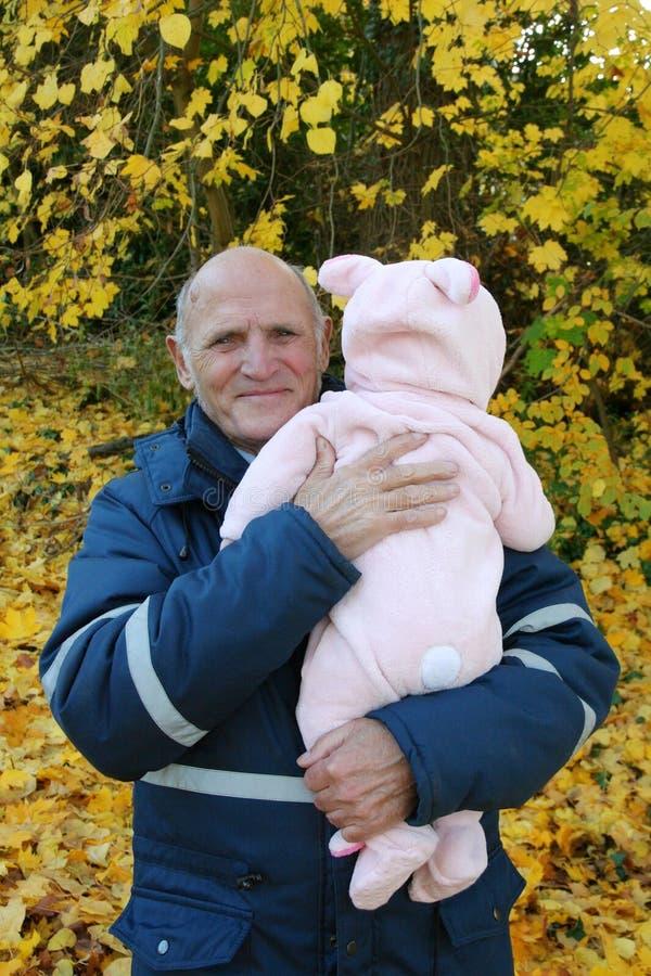 Ευτυχής παππούς με την εγγονή μωρών υπαίθρια στοκ φωτογραφία με δικαίωμα ελεύθερης χρήσης