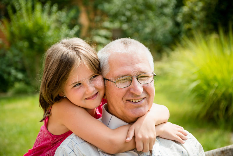Ευτυχής παππούς με το εγγόνι στοκ φωτογραφία με δικαίωμα ελεύθερης χρήσης