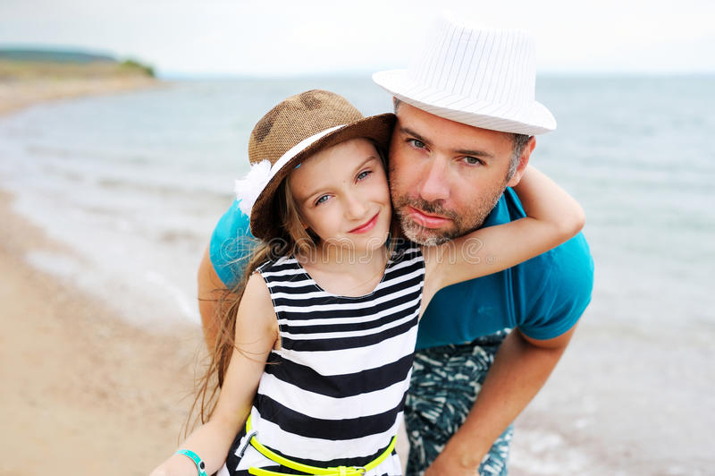 Ευτυχής πατέρας και η κόρη του στην παραλία στοκ φωτογραφία