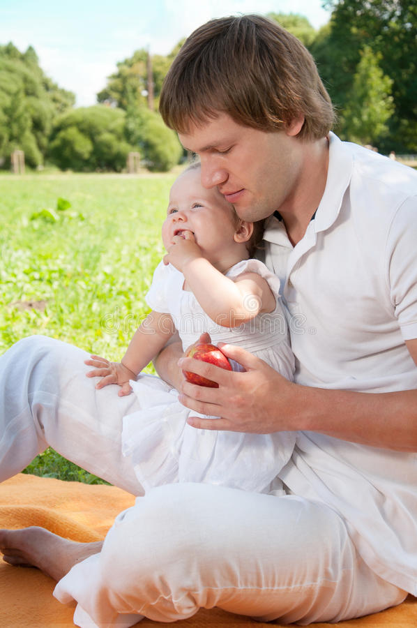 Ευτυχής πατέρας με την κόρη στο πάρκο στοκ φωτογραφία