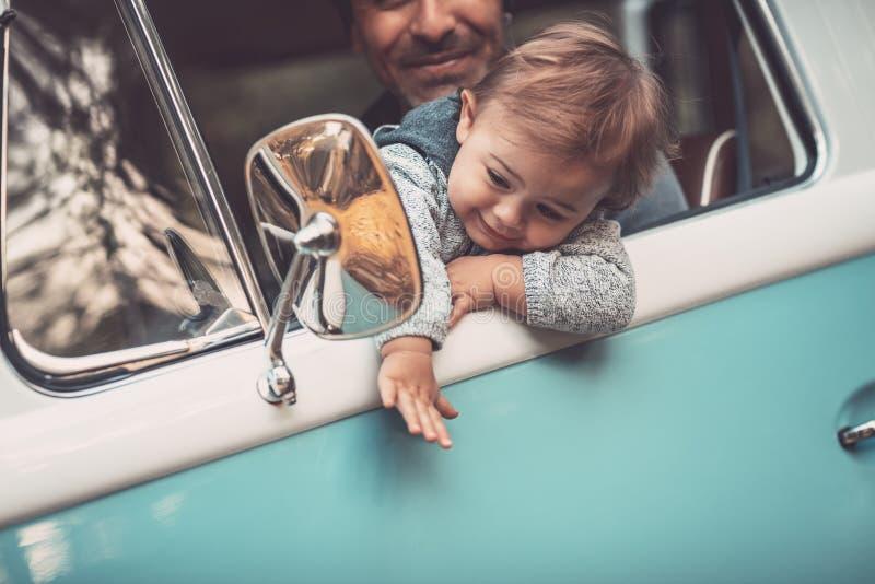 Ευτυχής πατέρας με το γιο που οδηγεί ένα αυτοκίνητο στοκ εικόνες