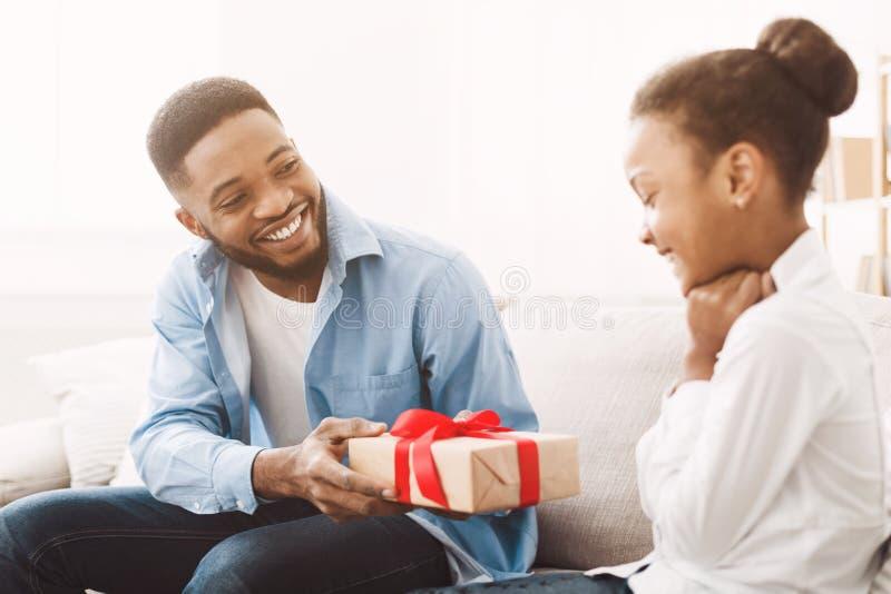Ευτυχής πατέρας που δίνει το δώρο σε λίγη κόρη στοκ φωτογραφία