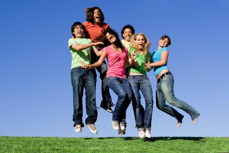 ευτυχής πηδώντας νεολαία ομάδας στοκ φωτογραφία