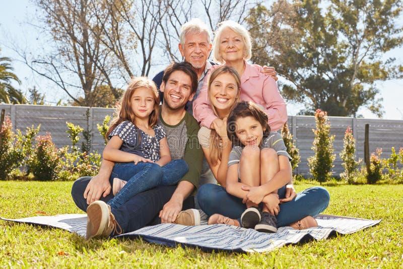 Ευτυχής πολυμελής οικογένεια με τρεις γενεές στοκ εικόνα με δικαίωμα ελεύθερης χρήσης