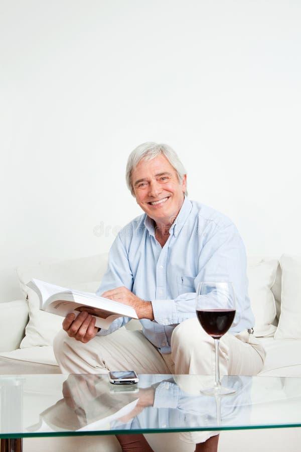 ευτυχής πρεσβύτερος ανάγνωσης βιβλίων στοκ φωτογραφίες