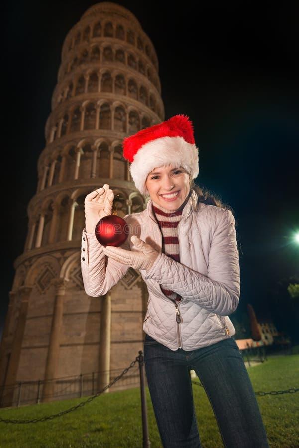Ευτυχής πύργος σφαιρών Χριστουγέννων γυναικών παρουσιάζοντας κλίνοντας πλησίον της Πίζας στοκ φωτογραφίες με δικαίωμα ελεύθερης χρήσης