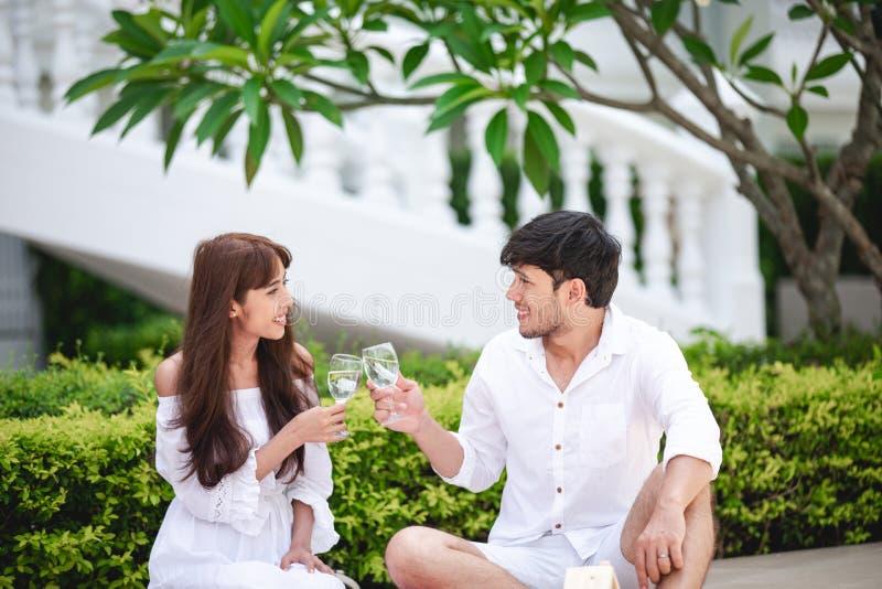 Ευτυχής ρομαντικός εραστής ζευγών που μιλά και κρασί κατανάλωσης ενώ έχοντας ένα πικ-νίκ στο σπίτι στοκ φωτογραφίες