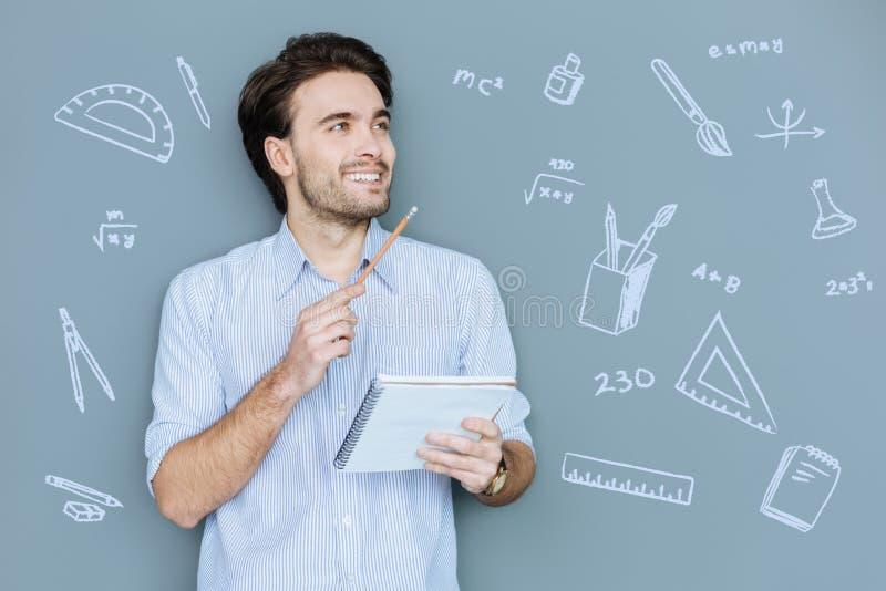 Ευτυχής σπουδαστής που φαίνεται ευτυχής ενώ όντας στο μάθημα Math στοκ εικόνα με δικαίωμα ελεύθερης χρήσης