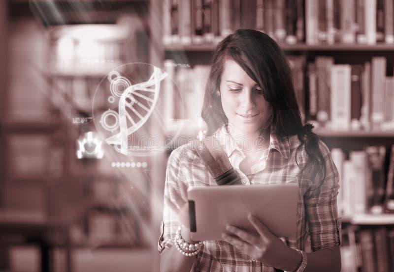 Ευτυχής σπουδαστής που χρησιμοποιεί τη φουτουριστική διεπαφή για να μάθει για την επιστήμη από την ψηφιακή ταμπλέτα στοκ εικόνες