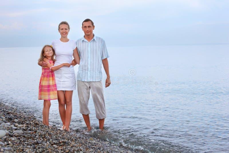 ευτυχής στάση οικογεν&epsil στοκ εικόνα με δικαίωμα ελεύθερης χρήσης