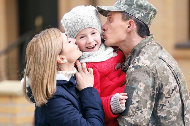Ευτυχής στρατιώτης με την οικογένειά του στοκ φωτογραφίες
