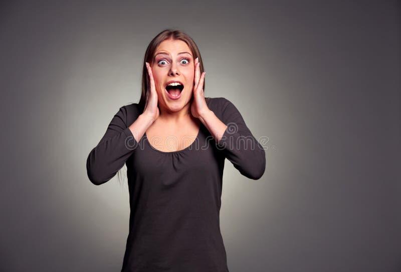 Ευτυχής συγκλονισμένη νέα γυναίκα στοκ φωτογραφίες