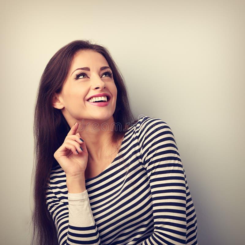 Ευτυχής συναισθηματική γυναίκα που σκέφτεται και που ανατρέχει με το οδοντωτό smilin στοκ φωτογραφίες με δικαίωμα ελεύθερης χρήσης