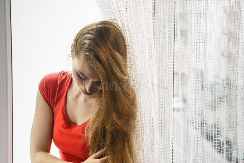 Ευτυχής συνεδρίαση γυναικών στο windowsill, πρωί ενεργοποίησης στοκ φωτογραφία με δικαίωμα ελεύθερης χρήσης