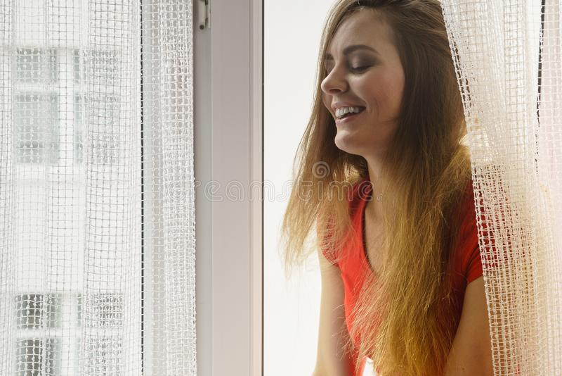 Ευτυχής συνεδρίαση γυναικών στο windowsill, πρωί ενεργοποίησης στοκ εικόνα με δικαίωμα ελεύθερης χρήσης