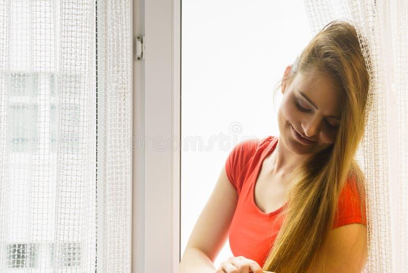 Ευτυχής συνεδρίαση γυναικών στο windowsill, πρωί ενεργοποίησης στοκ εικόνες με δικαίωμα ελεύθερης χρήσης