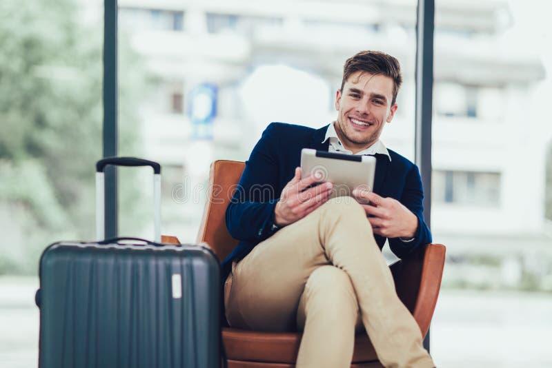 Ευτυχής συνεδρίαση επιχειρησιακών ατόμων στον αερολιμένα και αναμονή για την πτήση hir στοκ εικόνες