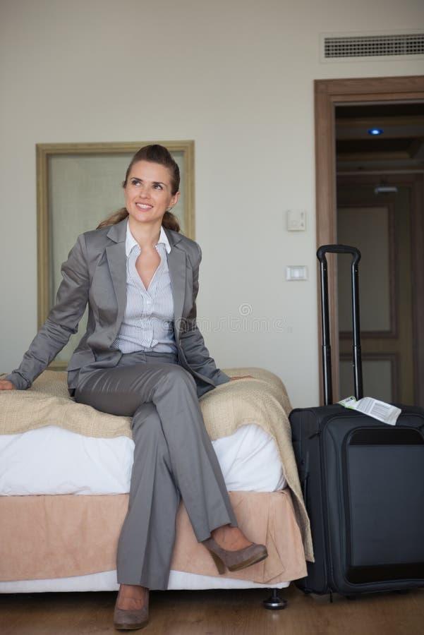 Ευτυχής συνεδρίαση επιχειρησιακών γυναικών στο σπορείο στο δωμάτιο ξενοδοχείου στοκ εικόνες με δικαίωμα ελεύθερης χρήσης