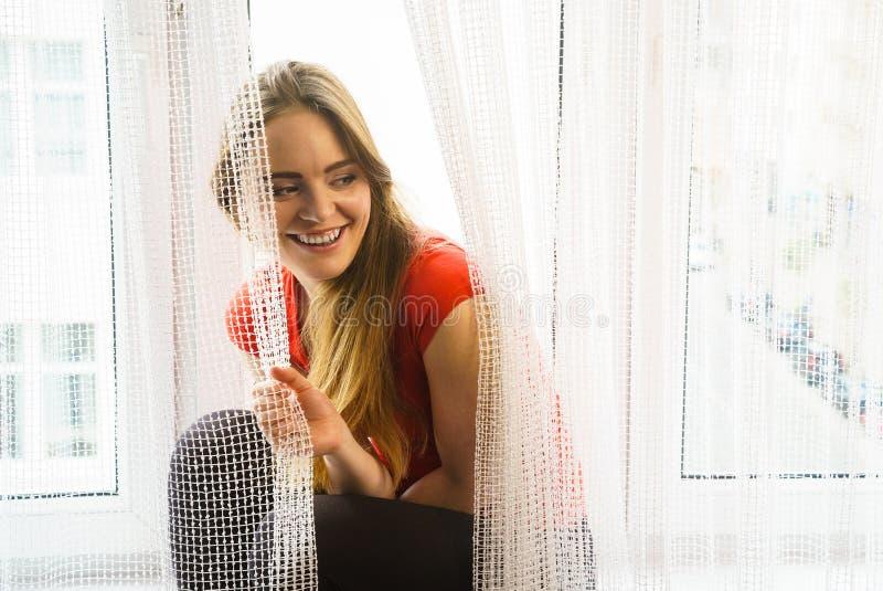 Ευτυχής συνεδρίαση γυναικών στο windowsill, πρωί ενεργοποίησης στοκ φωτογραφίες