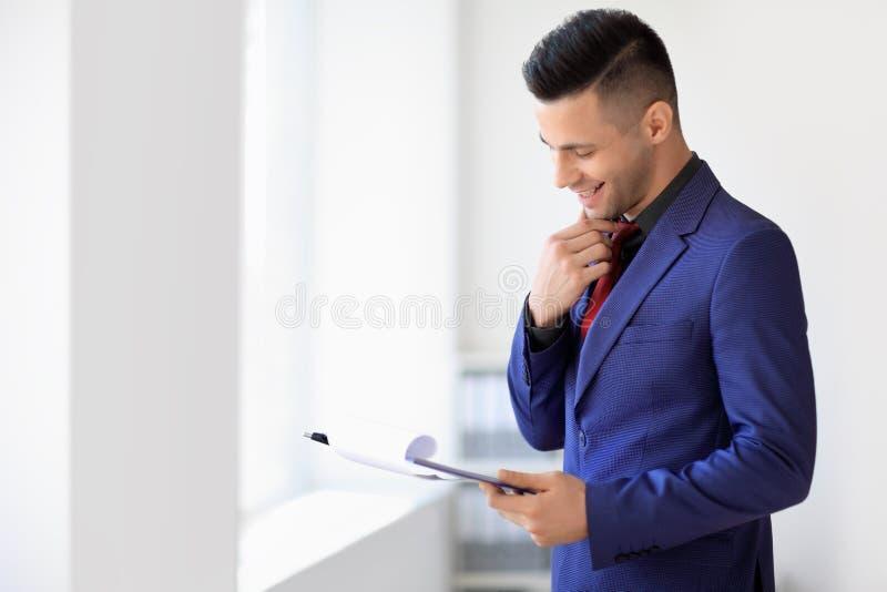 Ευτυχής σύμβαση ανάγνωσης επιχειρηματιών στο γραφείο στοκ εικόνα