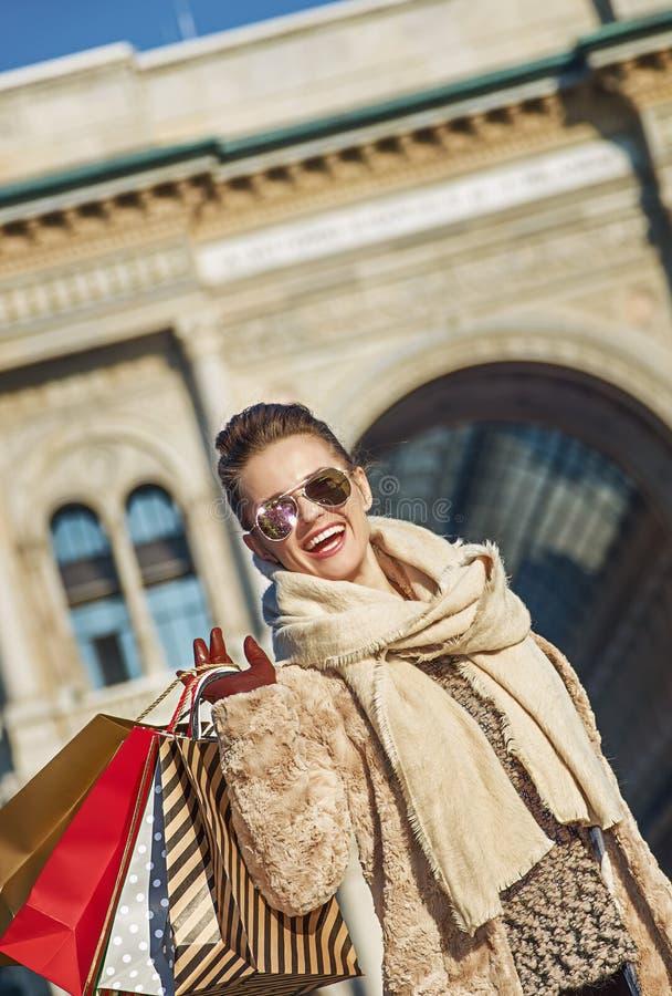 Ευτυχής ταξιδιωτική γυναίκα κοντά σε Galleria Vittorio Emanuele ΙΙ στοκ εικόνες με δικαίωμα ελεύθερης χρήσης