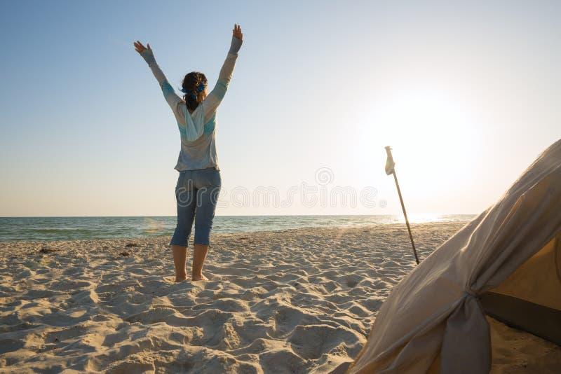 Ευτυχής ταξιδιώτης γυναικών, με τις ανοικτές αγκάλες στοκ εικόνες