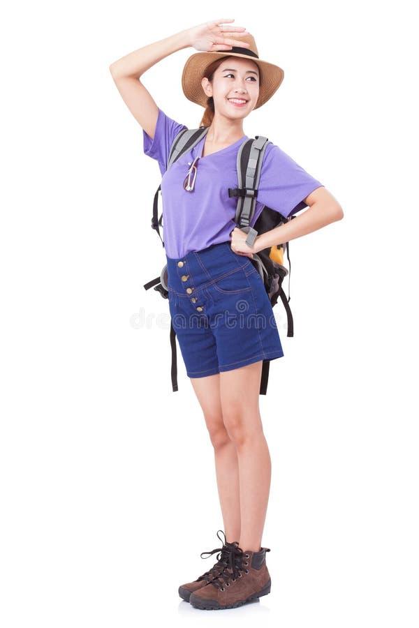 Ευτυχής ταξιδιώτης γυναικών με το σακίδιο πλάτης στοκ φωτογραφία με δικαίωμα ελεύθερης χρήσης