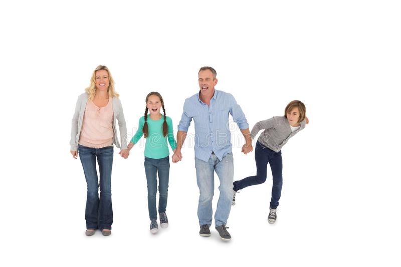 Ευτυχής τετραμελής οικογένεια που περπατά χέρι-χέρι στοκ εικόνα με δικαίωμα ελεύθερης χρήσης