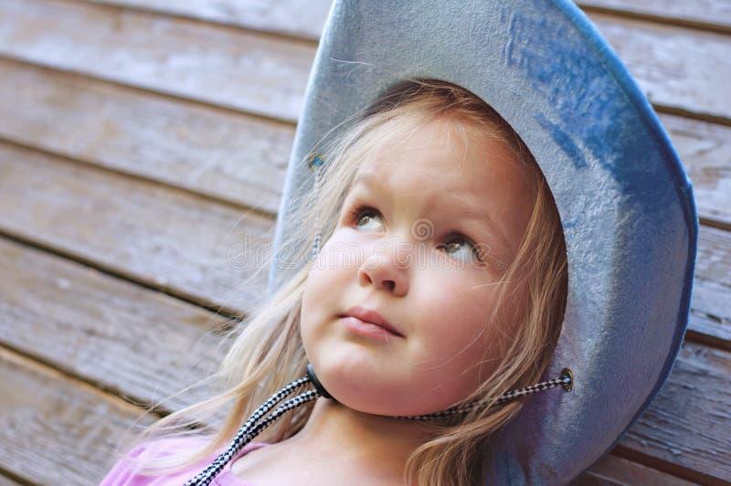 Ευτυχής τοποθέτηση μικρών κοριτσιών στο ξύλινο υπόβαθρο στοκ φωτογραφία
