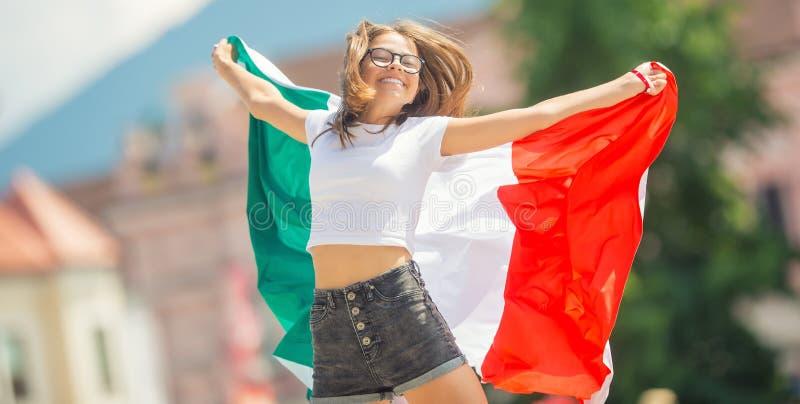 Ευτυχής τουρίστας κοριτσιών που περπατά στην οδό με την ιταλική σημαία στοκ φωτογραφία με δικαίωμα ελεύθερης χρήσης