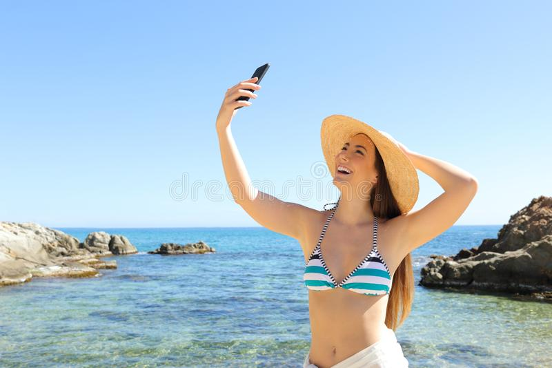 Ευτυχής τουρίστας που παίρνει selfie στην παραλία στις διακοπές στοκ φωτογραφία με δικαίωμα ελεύθερης χρήσης