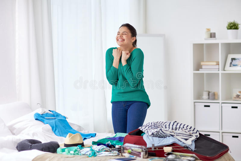 Ευτυχής τσάντα ταξιδιού συσκευασίας γυναικών στο σπίτι στοκ εικόνες