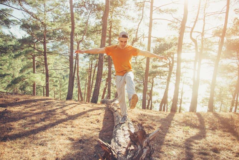 Ευτυχής τύπος που περπατά στο δάσος στοκ φωτογραφίες με δικαίωμα ελεύθερης χρήσης
