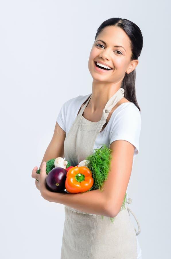 Ευτυχής υγιής γυναίκα με τα λαχανικά στοκ φωτογραφία με δικαίωμα ελεύθερης χρήσης