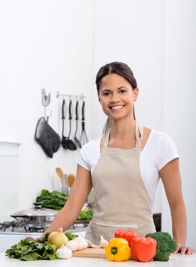 Ευτυχής υγιής τρόπος ζωής διαβίωσης στην κουζίνα στοκ εικόνες με δικαίωμα ελεύθερης χρήσης