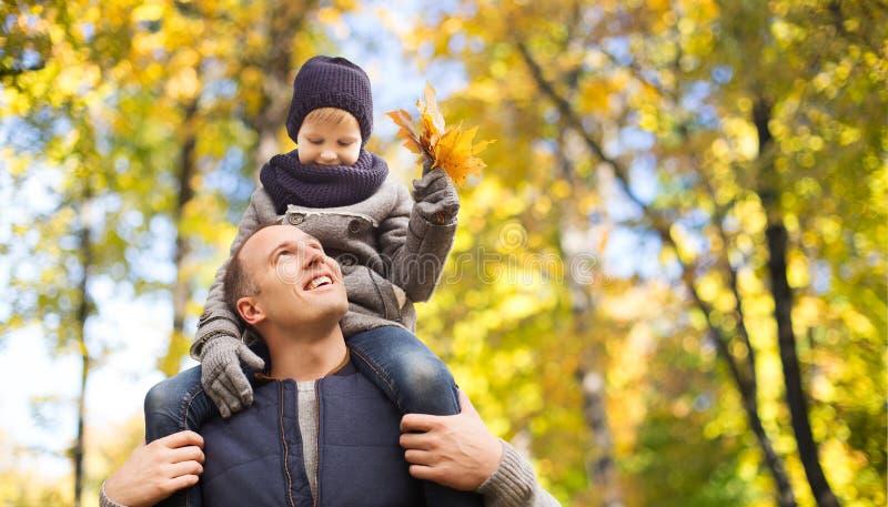 Ευτυχής φέρνοντας γιος πατέρων με τα φύλλα σφενδάμου φθινοπώρου στοκ εικόνες με δικαίωμα ελεύθερης χρήσης