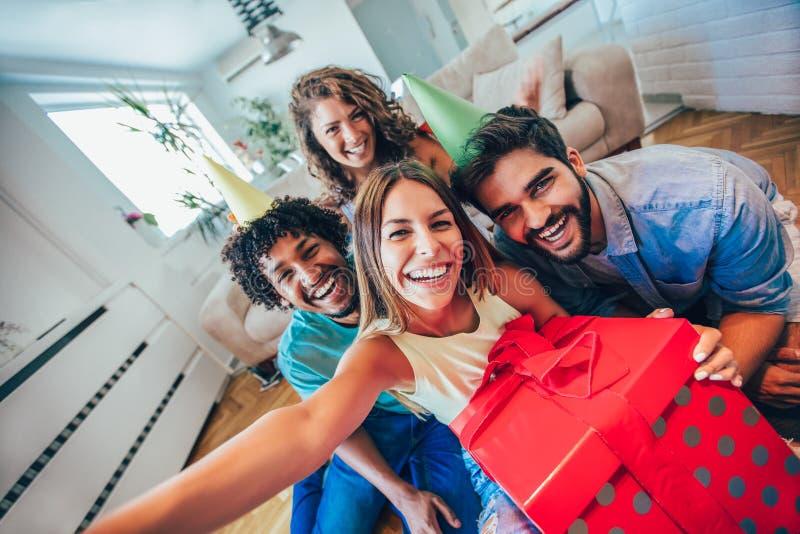 Ευτυχής φίλοι ή ομάδα με τα εξαρτήματα κομμάτων που παίρνουν selfie στοκ εικόνα με δικαίωμα ελεύθερης χρήσης