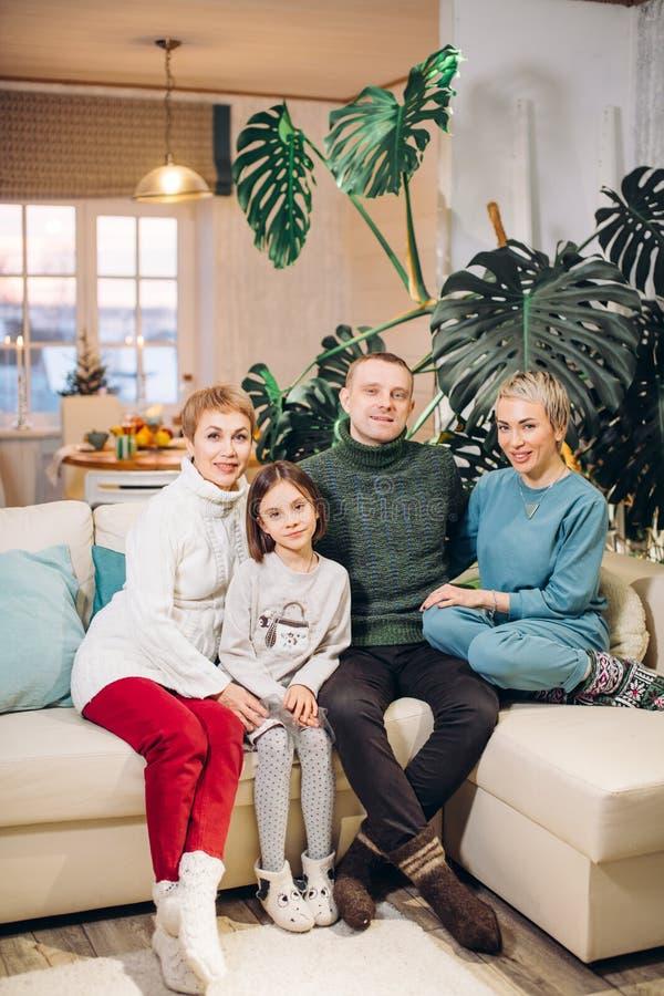 Ευτυχής φιλική οικογενειακή συνεδρίαση στον καναπέ στοκ εικόνα