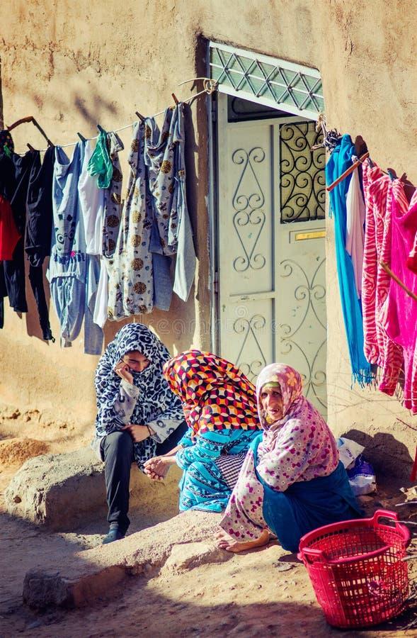Ευτυχής, φτωχή γυναίκα αγροτών ηλικιωμένων κυριών με το παλαιό παραδοσιακό muslin μαντίλι και φόρεμα στο χωριό του Μαρόκου στοκ εικόνες