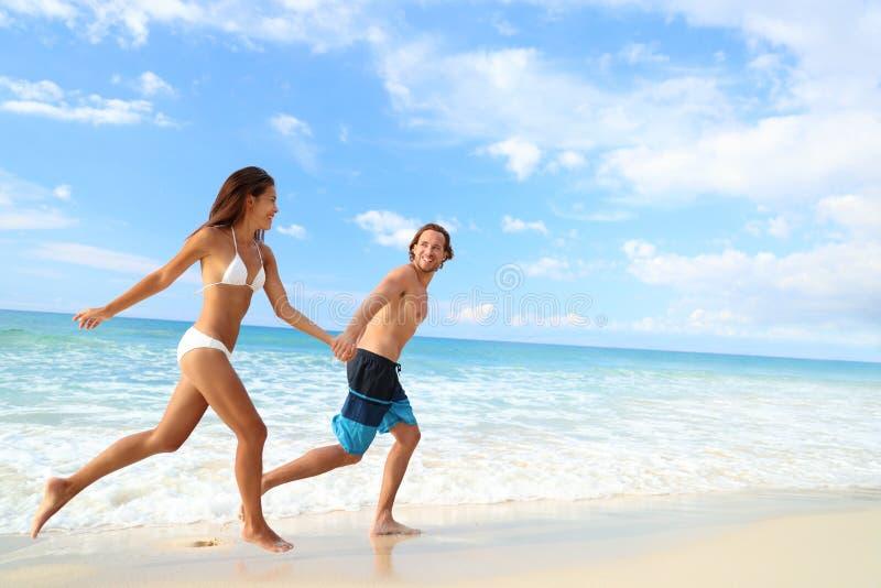Ευτυχής φυγή ταξιδιού διακοπών διασκέδασης ζευγών παραλιών στοκ εικόνα με δικαίωμα ελεύθερης χρήσης
