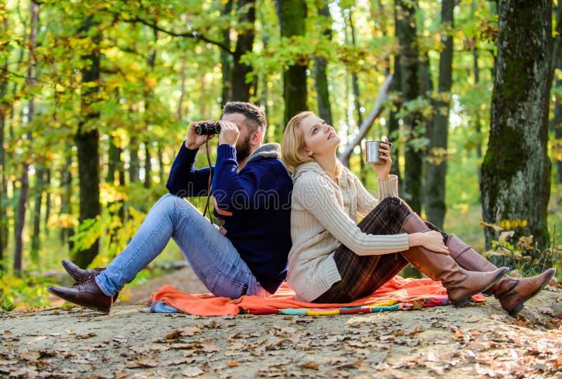 Ευτυχής χαλάρωση ζευγών αγάπης στο πάρκο από κοινού Ερωτευμένοι τουρίστες ζεύγους που χαλαρώνουν το κάλυμμα πικ-νίκ Άτομο με τις  στοκ φωτογραφίες με δικαίωμα ελεύθερης χρήσης