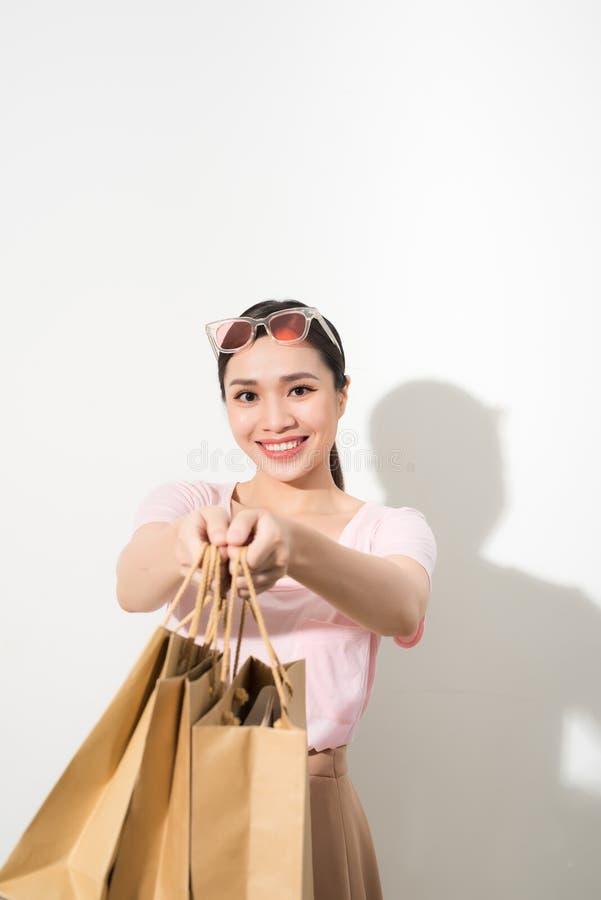 Ευτυχής χαμογελώντας αγοραστής, τσάντα αγορών εκμετάλλευσης γυναικών που απομονώνεται στοκ εικόνες με δικαίωμα ελεύθερης χρήσης