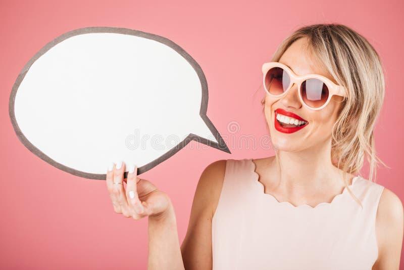 Ευτυχής χαμογελώντας γυναίκα με το όμορφο άσπρο χαμόγελο Κρατώντας spech το πρότυπο εμβλημάτων φυσαλίδων για το κείμενό σας στοκ φωτογραφία με δικαίωμα ελεύθερης χρήσης