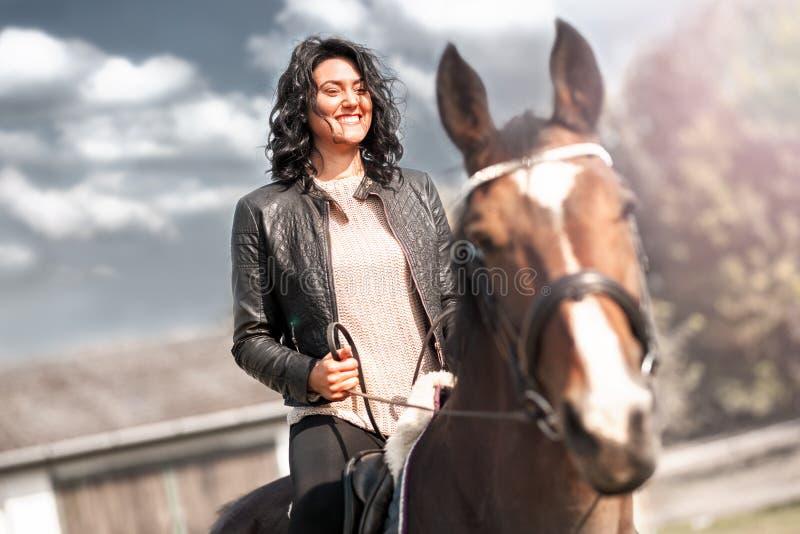 Ευτυχής χαμογελώντας γυναίκα στο άλογο στοκ φωτογραφία με δικαίωμα ελεύθερης χρήσης