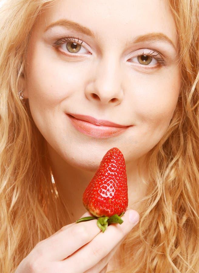 ευτυχής χαμογελώντας γυναίκα φραουλών στοκ εικόνες