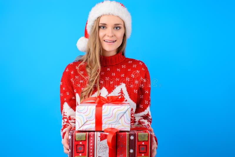 Ευτυχής χαμογελώντας ευχάριστη καλή νέα γυναίκα στο καπέλο santa πλεκτό στοκ φωτογραφία με δικαίωμα ελεύθερης χρήσης
