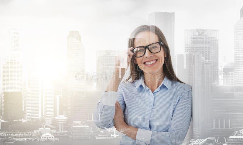 Ευτυχής χαμογελώντας μέση ηλικίας γυναίκα στα γυαλιά στοκ φωτογραφίες με δικαίωμα ελεύθερης χρήσης