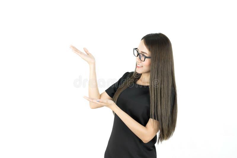 Ευτυχής χαμογελώντας νέα όμορφη ασιατική επιχειρησιακή γυναίκα που παρουσιάζει κενή περιοχή για το σημάδι ή το copyspase στοκ εικόνες