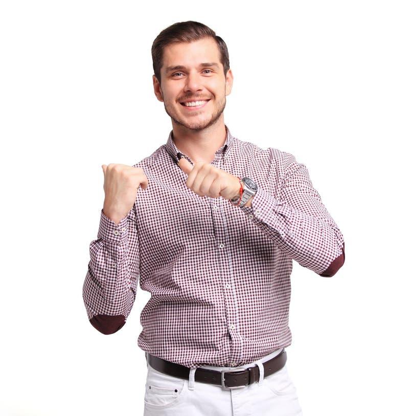 Ευτυχής χαμογελώντας νεαρός άνδρας που παρουσιάζει και που παρουσιάζει το κείμενο ή προϊόν σας που απομονώνεται στο λευκό στοκ εικόνα